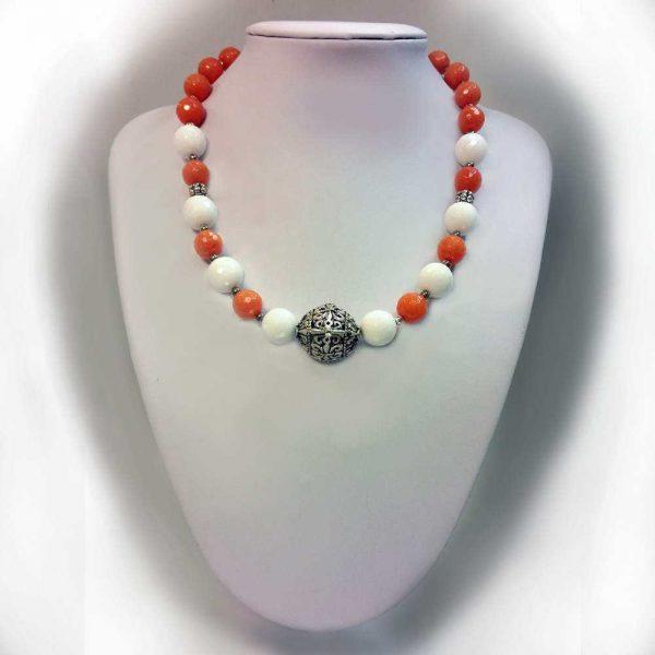 Colier cu pietre agate albe si jad portocaliu