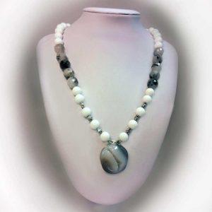 Colier cu pietre agate albe, quartz rutilat si pandant agata drusa