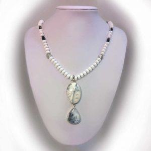 Colier cu pietre agate albe si pandant cuart dendritic